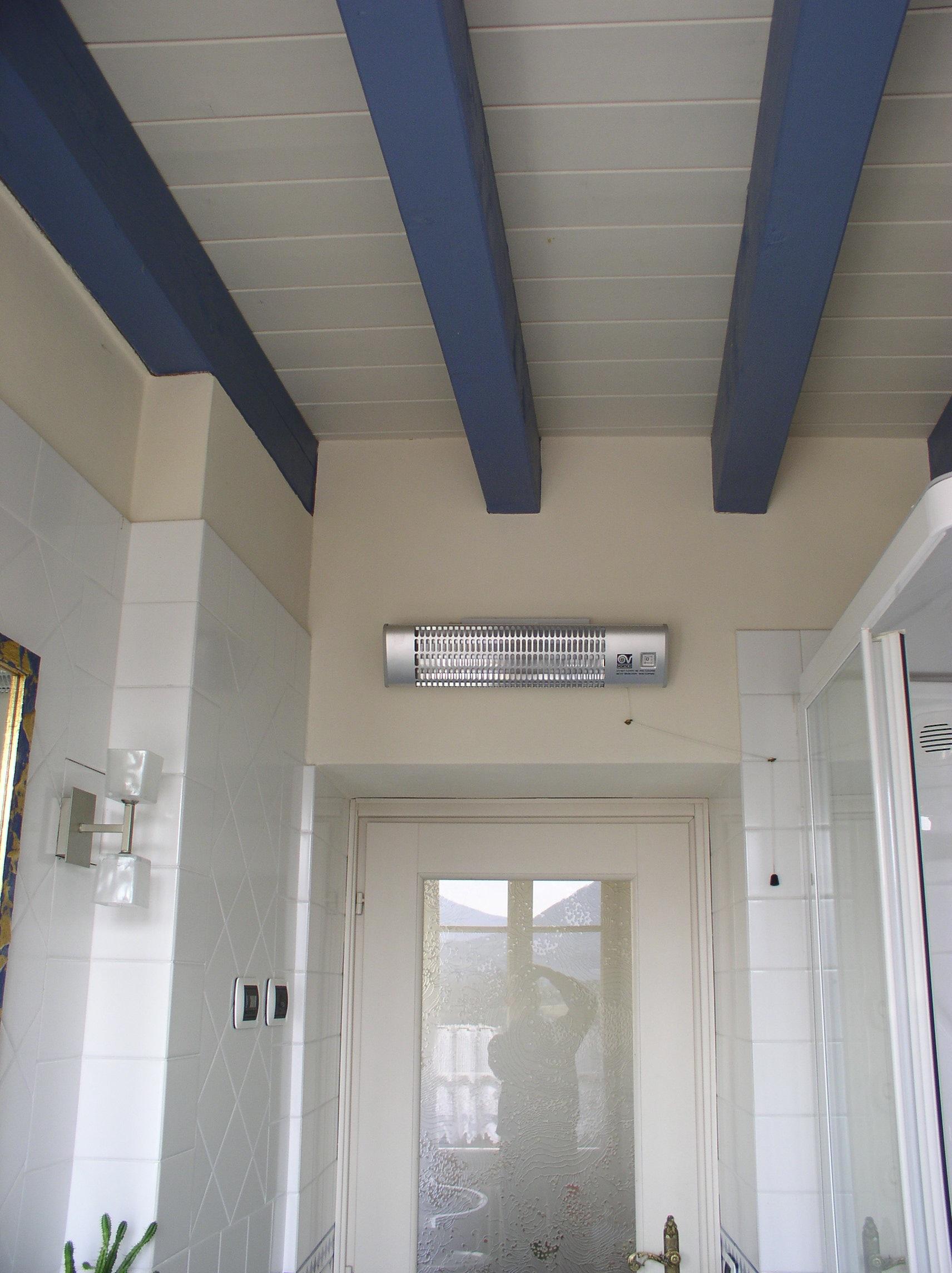 Soffitti in legno l 39 ozio - Bagno blu e bianco ...